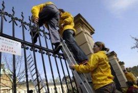 Protestní akce Greenpeace proti prolomení těžebních limitů, která se odehrála v areálu Úřadu vlády ČR