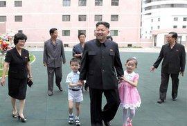 Kim Čong-un se na veřejnosti s dětmi ukazuje rád.
