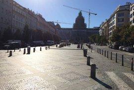 Václavské náměstí je hlavně v létě vytížené spoustou chodců.