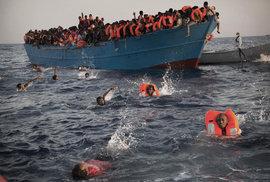 Pohraniční stráž EU vznesla obvinění proti neziskovým organizacím, které pomáhají uprchlíkům