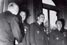 Prezident ČSR Edvard Beneš (stojící zády) vyznamenává britské důstojníky a Karla Kuttelwaschera (zcela  vpravo)