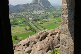 Uvnitř Gingee je zachován původní chrám či sýpka, z většiny plochy ale už dnes udělali místní farmáři rýžoviště.
