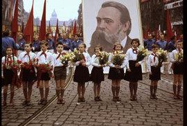 Prvomájové průvody v Praze měly vždy megalomanský charakter.
