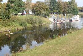 Tady vltavská vodní cesta začíná. U Lannovy loděnice pod Dlouhým mostem v Českých Budějovicích.