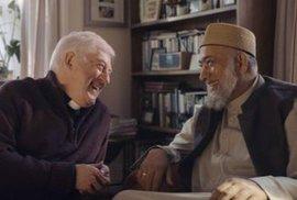 Křesťanský reverend a muslimský imám vstoupí do domu… to není vtip, ale nová reklama na…