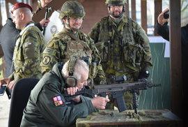 Prezident Zeman si u Loun vystřelil z útočné zbraně, terč trefil
