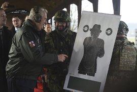 Zeman si zkusil vystřelit z automatické pušky