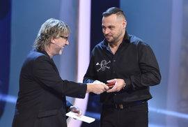Tomáš Ortel přebírá od Dalibora Jandy cenu pro druhého nejoblíbenějšího zpěváka.