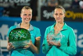 Vítězka Petra Kvitová a poražená Karolína Plíšková po finále turnaje v Sydney na začátku roku 2015