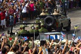 """Podél silnice zpívaly tisíce lidí národní hymnu a volaly """"Yo soy Fidel!"""" (Jsem Fidel!). Kubánci provázeli průvod po celé trase, i u hřbitova Svaté Ifigenie byl dav lidí tak velký, že zablokoval přístupovou cestu."""