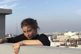 Šokující! Kráska riskuje život na střechách Paříže při zběsilém parkuru