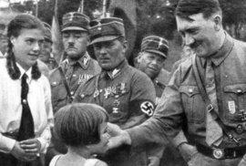 Propaganda tvrdila, že oči každého dítěte překypují vzrušením, když je Führer poblíž. Tady to ale vypadá, že to dopadlo spíše naopak.