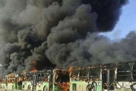 Evakuační autobusy někdo zapálil