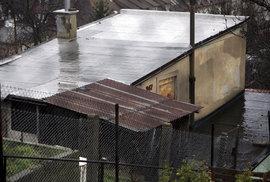 Libeňský kopec ukrývá dvě nouzové kolonie.
