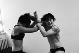 Ženský klub rváčů: Intimní fotky ukazují drsnou zálibu polonahých Berlíňanek