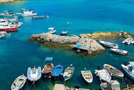 Pevnost na ostrově San Nicola vypadá, jako by byla přímo vrostlá do jeho útesů.