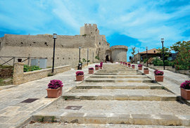 Pevnost bránila ostrovy před nájezdy pirátů včetně těch chorvatských, kteří to sem měli přes moře sotva dvě stě kilometrů.