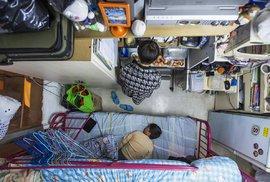 Hongkong je plný miniaturních bytů. Tento je velký pět a půl metrů čtverečních, kde bydlí matka se synem.