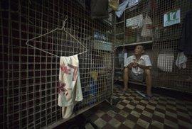Obyvatelé Hongkongu musí často žít i v takovýchto miniaturních klecích.