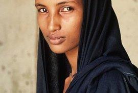 """Už dlouhá staletí křižují Saharu a směr cesty často nechávají na nevidomých. Spoléhají na jejich zvýšenou citlivost čichu a chuti. Přezdívají jim """"modří muži z pouště"""" kvůli indigovým šátkům, které jim barví obličeje do temných odstínů."""