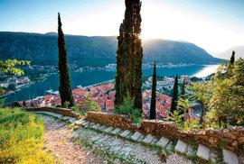 Cesta vedoucí na kopec nad městem, k pevnosti svatého Jana