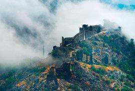 Vzhledem ke strategické poloze města bylo často cílem nájezdníků, proto zde vznikla pevnost.