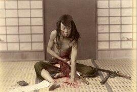 Fascinující fotka rituální sebevraždy japonského samuraje z 19. století
