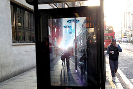Neuvěřitelná autobusová zastávka. Interaktivní stěna vyděsila cestující výbuchem a mimozemšťany