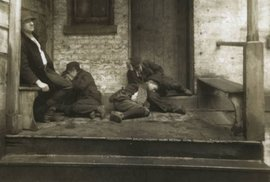 Mnoho lidí nemělo ani kde složit hlavu a byli tak odkázáni k živoření na ulici.