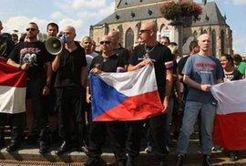 """Internetoví vlastenci: Když hájí národní zájmy, """"mněli"""" by umět česky"""