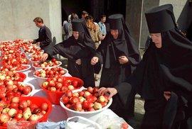 Jeptišky třídící jablka