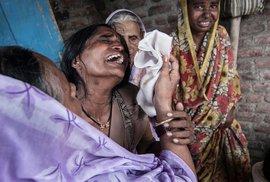 V hrobech z bavlny: Indičtí farmáři si ze zoufalství berou život