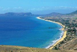 Devítikilometrová písečná pláž Praia Dourada je pokladem Porta Santa. Takou jinde na souostroví Madeira nenajdete.