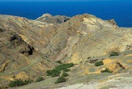 """Vyprahlé vrcholky """"serras"""" na východě ostrova Porto Santo skropí jen pár dešťových přeháněk ročně. Kdykoli se to však stane, vyraší rychle ze země lístky odolných suchomilných rostlin."""