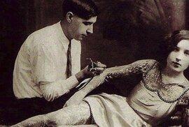 Tetování, jak jej neznáte. Unikátní retro snímky dávají nahlédnout do života tatérů