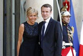 Prezident Francie Macron hrozí soudem některým médiím kvůli soukromí své rodiny, jiným fotky prodává