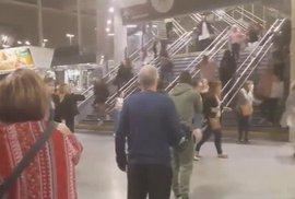 Sebevražedný útok v Manchesteru. Výbuch na koncertě zabil nejméně 22 lidí a 59 jich zranil