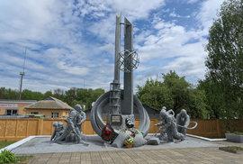 """""""Těm, kteří spasili svět"""" - památník u hasičské stanice, která vyslala první jednotku na místo katastrofy. Muži zasahovali bez jakýchkoliv ochranných pomůcek, od reaktoru byli rovnou převezeni do nemocnice v Pripjati (jejich silně radioaktivní oblečení je dodnes uzavřeno ve sklepení nemocnice), a následně do Moskvy na specializované oddělení radiologické léčby. Všichni do dvou týdnů po zásahu zemřeli."""