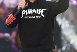 Další z účinkujících Robbie Williams vybral jako poctu obětem píseň Strong