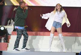 V britském Manchesteru, který se stal terčem teroristického útoku, se v neděli sešlo přes 50 000 lidí na charitativním koncertě americké zpěvačky Ariany Grandeové
