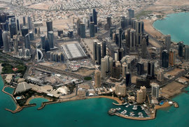 Křeč Západu: Katar podporuje teroristy, ale USA tam mají základnu a bude tam šampionát ve fotbale