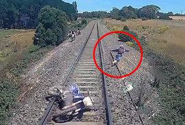 Těsná záchrana před jistou smrtí. Motorkář uskočil na poslední chvíli řítícímu se vlaku