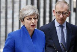 Mayová před svým sídlem v Downing Street, kde potvrdila úmysl sestavit vládu.