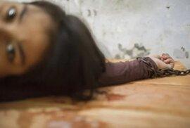 Život duševně nemocných v Indonésii připomíná život ve vězení. Otřesné podmínky odrážejí společenské opovržení, jemuž nemocní čelí.