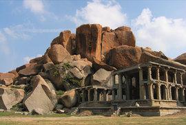 Muzeum pod širým nebem se stovkami kamenných staveb. To je oblast Hampi v jižní Indii