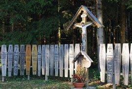 Co jsou to umrlčí prkna? Odpověď naleznete na české i německé straně Šumavy