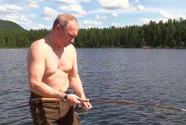 Akční hrdina Putin: Odhalené tělo, dvě hodiny boje se štikou v jezeře a ruský ministr obrany za zády