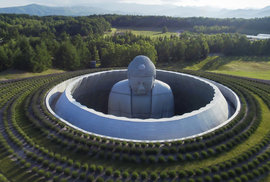 Nejoriginálnější hřbitov mají na japonském ostrově Hokkaidó – v moři levandulí je obří …
