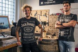 """Hodinky ze sudu od whiskey nebo z gotického trámu? """"Žádný problém"""", říká řezbářské duo"""