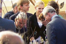 Princ Charles si z návštěvy v ekovesnici odvezl jablečný mošt, med a moučník, ale nezapomněl ani na slivovici.